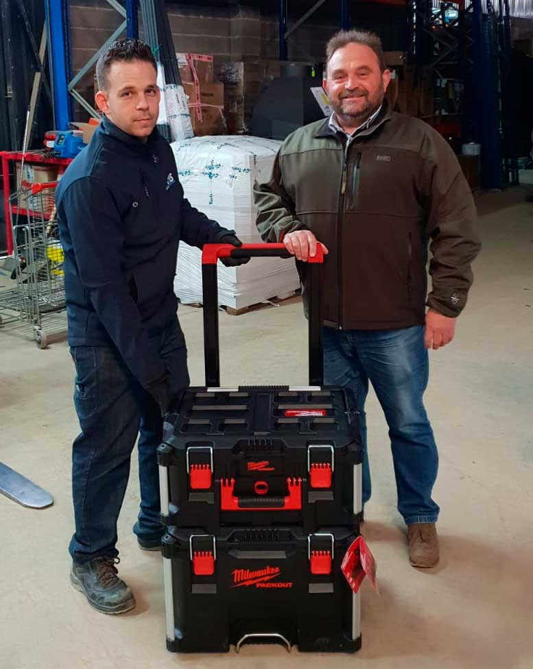foto entrega regalo PACKOUT Milwaukee sorteo grupo 15 agroexpo 2019